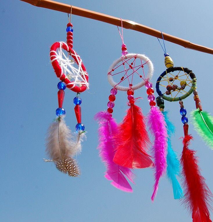 Dromenvanger met de kinderen gemaakt! Van oude armbanden, wol, kralen en veren.