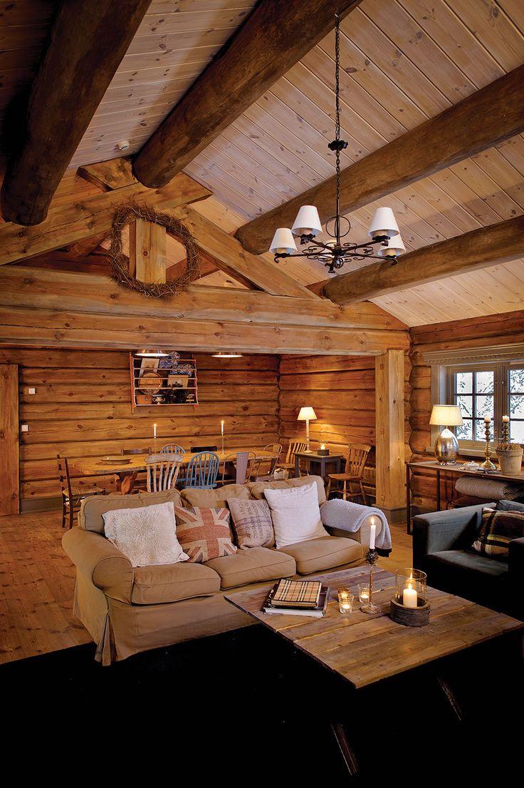 Her har tømmerveggene fått et strøk med farge 13 Skumring. Mot den kan man fint velge en kontrastfarge i taket, som f.eks. her, 29 Hvit med avstrykning.