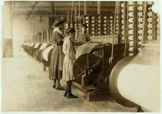 Lewis Hine fotografo: Lavoro minorile in America 100 anni fa  - Ragazze che lavorano su orditoi in Loray, Gastonia, Carolina del Nord, 1908 novembre.