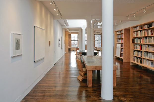 studio-cmp  Vista della grande sala lettura. La Wiggle side chair di Frank O. Gehry è un prototipo originale. A parete, opere di Robert Ryman