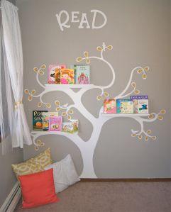 Verf een mooie boom op de muur. Hang hier kleine planken tegenaan. En klaar is je leeshoek