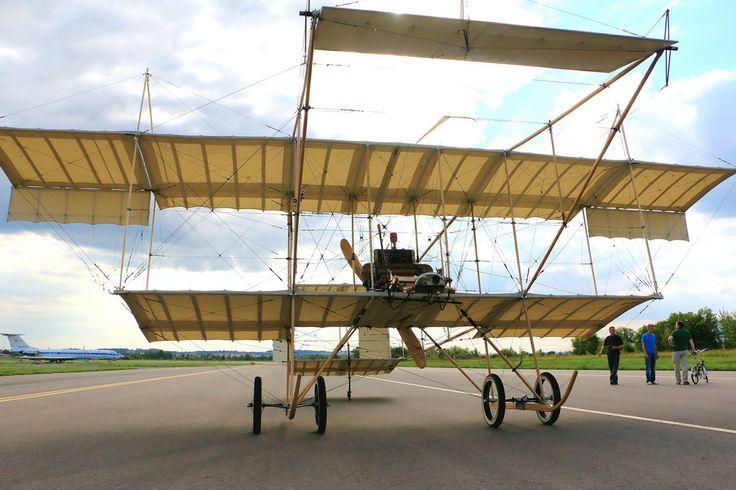 Название самолета довоенного периода: Farman IV Описание: Один из самых массовых самолетов довоенного периода, построенный Анри Фарманом в 1909 году. Это полноразмерная летающая копия. Самолет отличается простой конструкцией и стал в свое время эталоном для множества конструкторов. Пилот сидит на передней кромке крыла, а за ним установлен топливный бак, верхом на котором может сидеть пассажир.