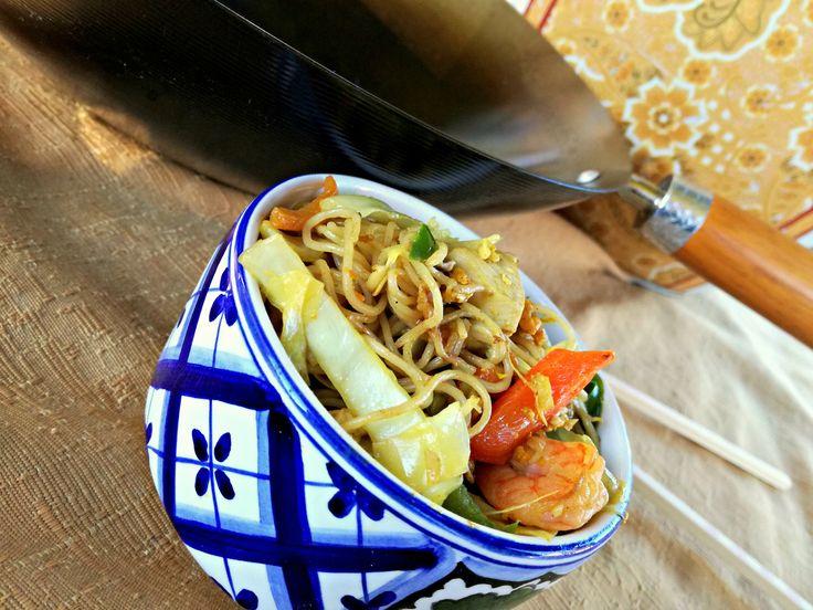 Gli spaghettini di riso alle verdure con gamberi e pollo al curry sono un piatto unico della tradizione del sud est asiatico ed asia in generale.
