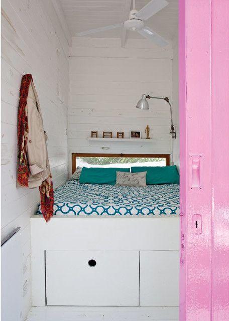 В обеих спальнях установлены вентиляторы на потолке, под высокими кроватями находятся выдвижные ящики.  (современный дом,пляжный дом,архитектура,дизайн,экстерьер,интерьер,дизайн интерьера,мебель,спальня,дизайн спальни,интерьер спальни) .