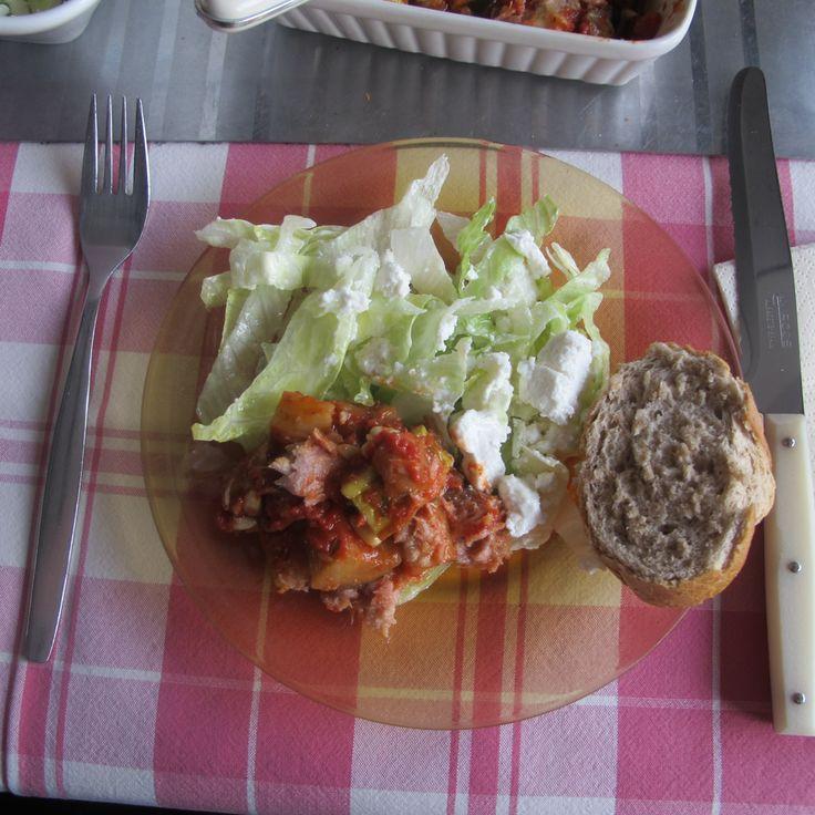 CATALAANSE RATATOUILLE 2 uien, in dikke stukken, bakken in de olie tot ze glazig zijn en bak 4 teentjes fijngesneden knoflook mee tot hij goudgeel kleurt.  2 gegrilde paprika's, 1 aubergines en 1 courgette in blokjes erbij en 4 tomaten, ontveld, in stukken, voeg zout toe en dek af. Op laag vuur 10 minuten garen. Niet/nauwelijks roeren, groenten moeten heel blijven. Deksel van de pan om het vocht in te koken In een kom en garneren met stukjes tonijn en pijnboompitten.