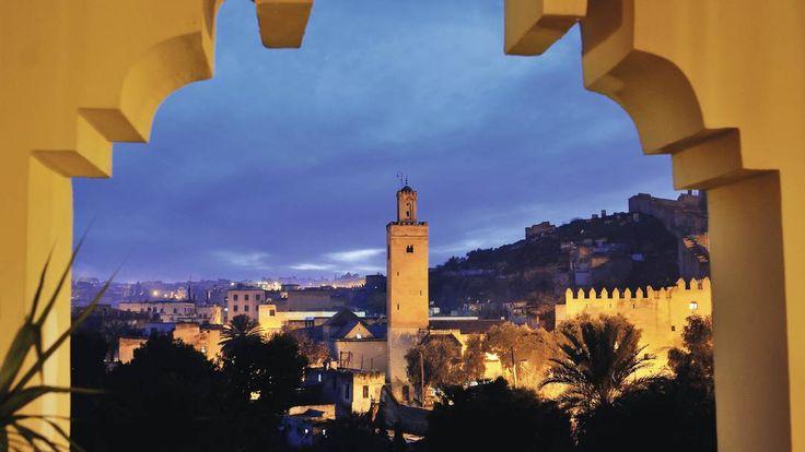 Marrakech -  Do alto do minarete, um funcionário, chamado muezzin, convoca o povo às orações.