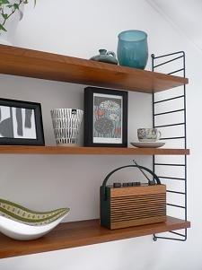 Mindre hylla i sovrummet för fina böcker och prydnader.