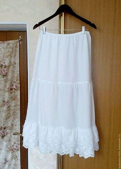 Купить или заказать Нижняя юбка из батиста Арт.100 с шитьем белая в интернет-магазине на Ярмарке Мастеров. Нижняя юбка преобразит юбку или платье в стиле бохо,ведь многослойность - его отличительная черта. Юбка из белоснежного батиста, 3 яруса, нижний - двойная оборка из качественного белоснежного шитья на батисте, может выглядывать из под верхней юбки на 14-18 см,что необычно и роскошно... Пояс на узкой резинке, длину которой можно отрегулировать по своей фигуре.