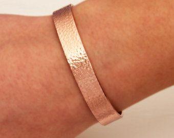 Dit is een mooie set van rose gouden armbanden. Deze alle armbanden hebben een diepe rijke hamer klap die het licht mooi vangt. De dunne manchetten hebben een sierlijke curve en de dikke zijn een rechte stijl. Ze kunnen gedragen worden met de curven alle stromen samen, of vermengd zoals in de afbeelding. Deze set kan worden toegevoegd aan een andere groep kan gedragen als getoond, of versleten individueel. De opties zijn eindeloos met deze prachtige manchet armbanden. De twee dikke armbanden…