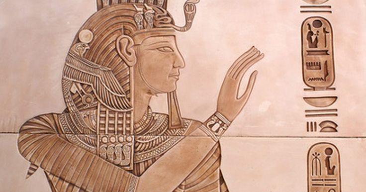 Cómo hacer coronas de reina egipcia. Las coronas de reina egipcia no son como las típicas coronas de princesa de los cuentos de hadas. Solían ser sencillamente bandas doradas decoradas con piedras preciosas y a veces incluían cuentas que se deslizaban entre los cabellos. Puedes hacer tu propia corona de reina egipcia usando un poco de creatividad y algunas artesanías.