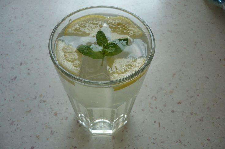 Květy opláchneme, prosypeme kyselinou citronovou a přidáme citrony (nakrájené na kolečka) a zalijeme převařenou vodou (vychladlou)a necháme 24 h....