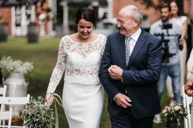Die Ultimative Last Minute Checkliste Fur Deine Hochzeit Findest Du Auf Theperfectwedding De Brautkleid B Kirchliche Hochzeit Braut Hochzeitskleid Spitze
