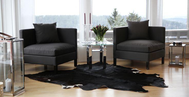 Flotte hjørnestoler i mørk brun. Kan få kjøpt hos oss www.krogh-design.no/shop