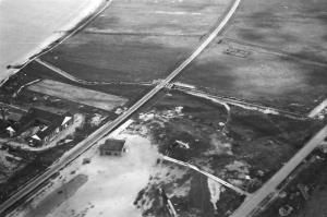 Old photo shwoing Oddesund South. The railroadtrack in the middle and the main road (Oddesundvej) in the lower right corner. Tank traps in 2 layers is seen in the top of the photo.