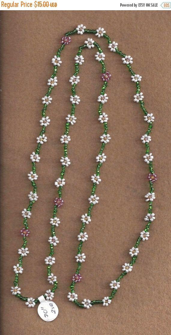 ❘❘❙❙❚❚ REBAJAS ❚❚❙❙❘❘  Confeccionar, collar de cadena de Margarita. Usted puede elegir los colores de las flores y la cadena, mediante el uso de las opciones. Si desea más de una opción de color para las flores, por favor Convo. Los collares en la foto son sólo de referencia. La foto principal fue hecha con rocallas de cristal checo 11° en blanco, amarillo, mate y verde forrado en plata y rosa. Ya no tengo el amarillo mate, verde forrado de plata o perlas rosa plata-alineado en la acción. La…