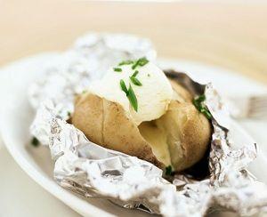 O reteta rapida, asa ca de mijloc de saptamana: cartofi la cuptor cu sos de unt. Ingrediente: 1 kg. de cartofi 150 g. unt boia sare si piper Cum se prepara: Cartofii se spala, se sterg bine si se inteapa cu o tepusa de lemn, apoi se infasoara intr-o folie de aluminiu. Se pun in …