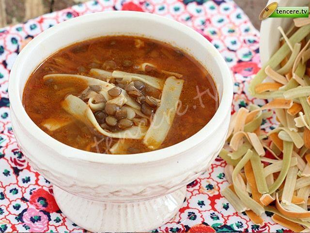 Tencere yemekleri Türk Mutfağında çok önemlidir. Ev sıcaklığını, anne yemeklerini anımsatır bu tarifler bizlere. Bitkisel protein deposu mercimekle hem lezzetli, hem sağlıklı bir tarif, Erişteli Yeşil Mercimek Çorbası...