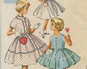 Eenvoud 3647 © 1951  Girls jurk, Jumper en Blouse; Overdracht opgenomen. Blouse knoppen langs achterkant en aan de voorste hals wordt verzameld. Stijl 1 functies driekwart mouwen en een kleine puntige kraag. Stijl 2 heeft korte gepofte mouwen. Een sweetheart hals stijlen de jumper. De rok is circulaire. Bovenlijfje van stijlen 2 en 3 is geboeid. Stoffen snijdt u de rok.  Maat 10 Borst 28 Taille 24 Hip 30  VOORWAARDE Patroon is gesneden en compleet met instructieblad. Envelop een beetje…
