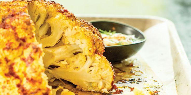Un chou-fleur entier produit toujours son effet! Servi avec des plats végés ou un poulet rôti et une poêlée de poivrons. Il fait sensation.