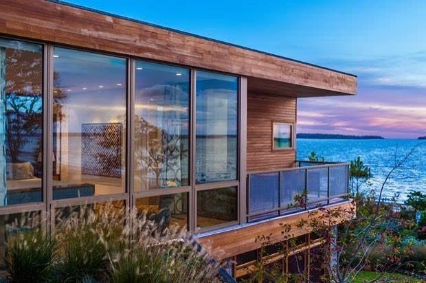 . Hoje nosso Blog fala sobre uma casa de desenho super contemporâneo que desfruta de uma paisagem deslumbrante! Dentre os materiais utilizados na estrutura estão pedras e a madeira cedro-vermelho. Nos revestimentos destaque para o carvalho branco e o porcelanato! #Arquitetura #Design #BlazeMakoid #BlogAldeia #AldeiaTem #AldeiaAcabamentos |  Marc Bryan-Brown / Divulgação. by aldeiaacabamentos http://ift.tt/1U8GeLL