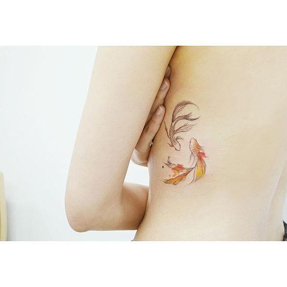 23 stupendi tatuaggi coi pesci rossi: foto e significato