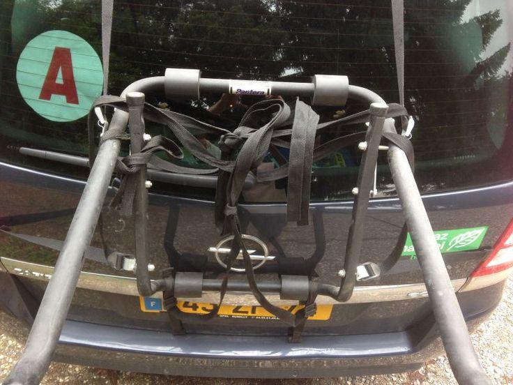 Porte vélo à accrocher au haillon. 2 vélos. Prévoir une plaque d'immatriculation à fixer par dessus si celle ci est cachée.