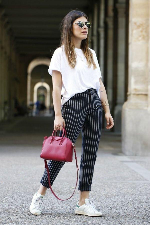 As listras nunca saem de moda. Porém, têm épocas, como agora, que elas aparecem com mais frequência. A calça listrada ainda é uma peça controversa.