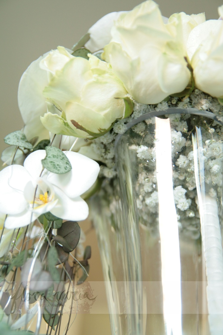 Gypsophila covering the technique and giving the bouquet its sophisticated look. By Ingela Waismaa @Flora varia #roses #whiteonwhite #wedding #bridalbouquet #ceropegia #phalaenopsis #orchids