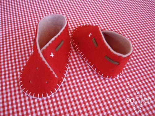 zapatos bebe fieltro fresa. Zapatos bebe Sofia's things. http://sofiasthings.com/producto/zapatos-bebe-fresa/