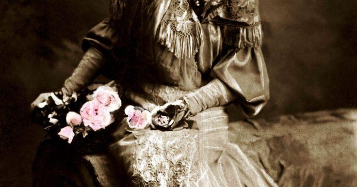 Como fazer um vestido gótico vitoriano. O estilo gótico está sempre mudando e a inspiração para desenhos vem de muitas épocas diferentes. Uma época popular para a roupa gótica formal é o período vitoriano, conhecido por vestidos chiques ajustados e saias volumosas. Esse estilo, quando interpretado em cores e tecidos profundamente góticos, pode contribuir para um visual elegante em ...