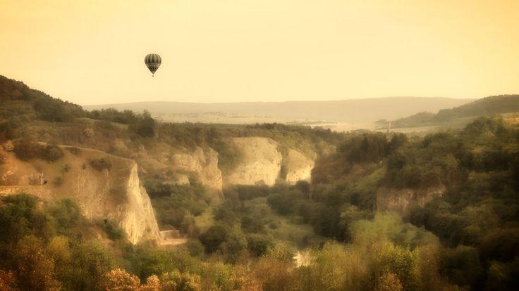 Srbsko | Český kras | Pohled do údolí Berounky z louky pod silnicí z Berouna do Hostimi