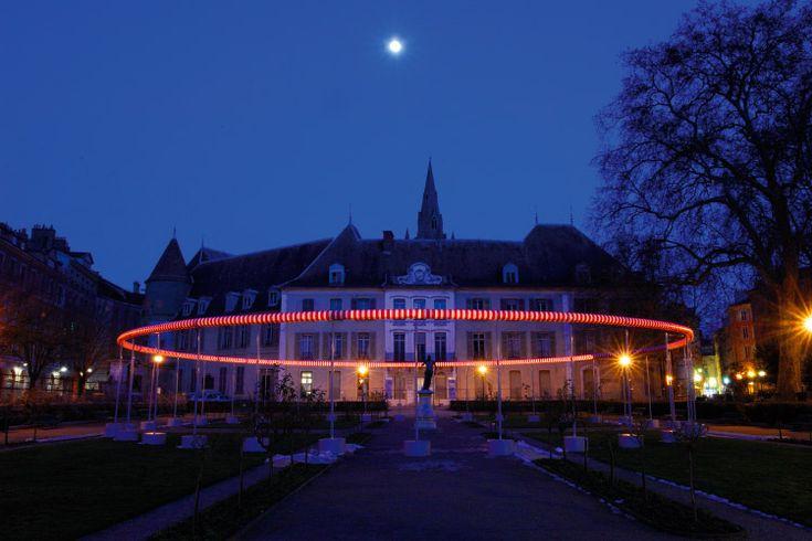 Daniel BUREN, Lille, 2004 ▪︎ Capitale européenne de la culture en 2004, la métropole du Nord a souhaité faire émerger au carrefour de l'Europe quatre oeuvres in situ à la hauteur de son engagement pour le développement urbain et artistique. Art Entreprise a donc fait intervenir quatre artistes internationaux en quatre points stratégiques de la ville.