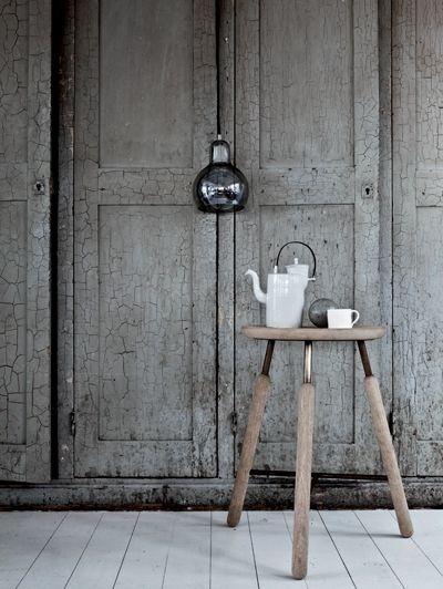 Een beetje Shaker, een beetje Japans en volop invloeden uit het Noorden: Norm, dat staat voor architectenduo Kasper Rønn en Jonas Bjerre-Poulsen, ontwierp highstool Raft volgens een mix vanmodernisme en oude tradities. Dat komt ook terug in lamp Mega Bulb Silver van Sofie Refer; door kleine onregelmatigheden in het mondgeblazen glas blijft het ambachtelijke aspect zichtbaar, highstool Raft, € 329, lamp Mega Bulb Silver, € 159 ().