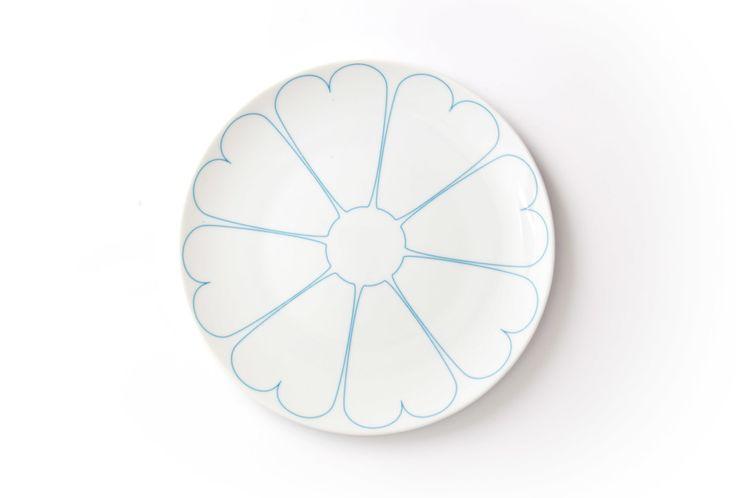 Porcelanowy talerz, motyw serca, ceramika, zastawa stołowa, naczynia, polski design. Zobacz więcej na: https://www.homify.pl/katalogi-inspiracji/22083/prosto-z-serca-motyw-serc-w-dekoracji-i-wystroju-wnetrz