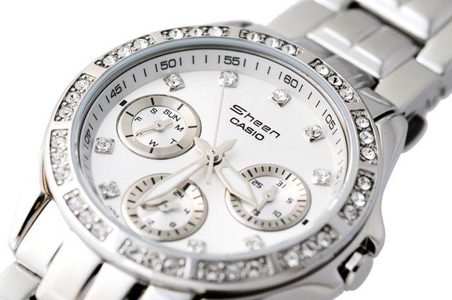 Reloj de mujer en acero,esfera blanca,con semanario y fecha.Cristalitos SWAROWSKI alrededor del bisel externo y en las horas.Muy bonito