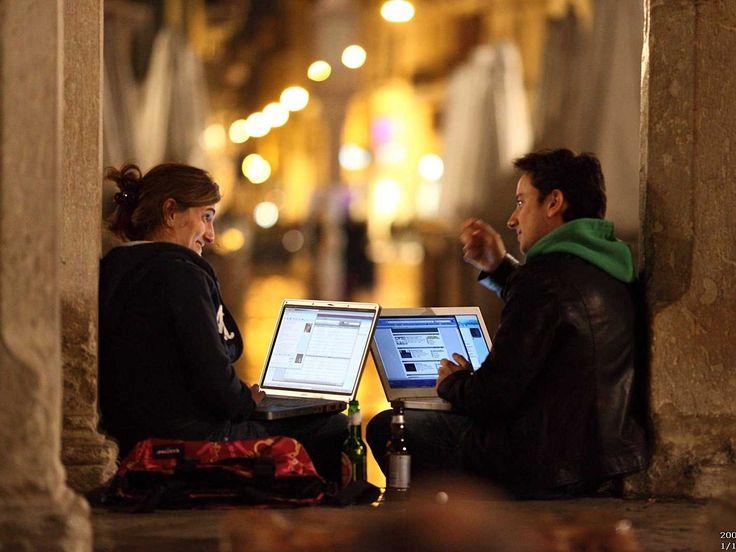 Occhio a usare Tinder, OkCupid, Happn e altri con un wifi pubblico https://www.sapereweb.it/occhio-a-usare-tinder-okcupid-happn-e-altri-con-un-wifi-pubblico/ L'attacco hacker ad Ashley Madison, sito per incontri extraconiugali, èpassato alle cronache come una delle peggiori violazioni della storia, in merito all'ottenimento dei dati personali degli utenti e al loro relativo smercio. Adesso, sulle vulnerabilità delle app di dating, mette in guardia la...