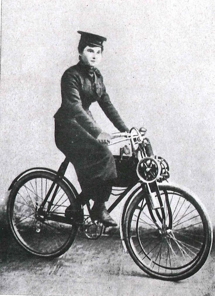 Marie Reuschel aus Berlin war das erste weibliche Clubmitglied und nahm im Mai 1904 an der Taunusfahrt teil - einer 109,9 km langen Fahrt durch schwierigstes Gelände, mit Steigungen von bis zu 10%!