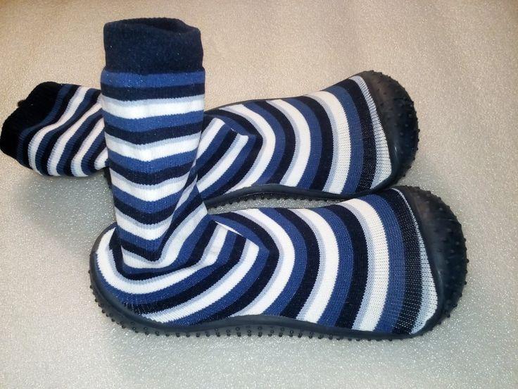 Nové našuchovačky, štýlom ako Attipas alebo Collegien. Vhodné ako prezúvky, alebo aj na von, podrážka gumená, bez dierok. Majú (jemne) prilepenú vložku, ktorá izoluje od zeme. Dá sa ale ľahko odlepiť.  VD metrom 18 cm, VŠ 8 cm. Výška ponožky od zeme 14 cm.  Porážka na päte vytvára akoby vaničku, čiže päta dieťaťa neuteká do strany. Vpredu je tá guma vytiahnutá vyššie, proti okopaniu.
