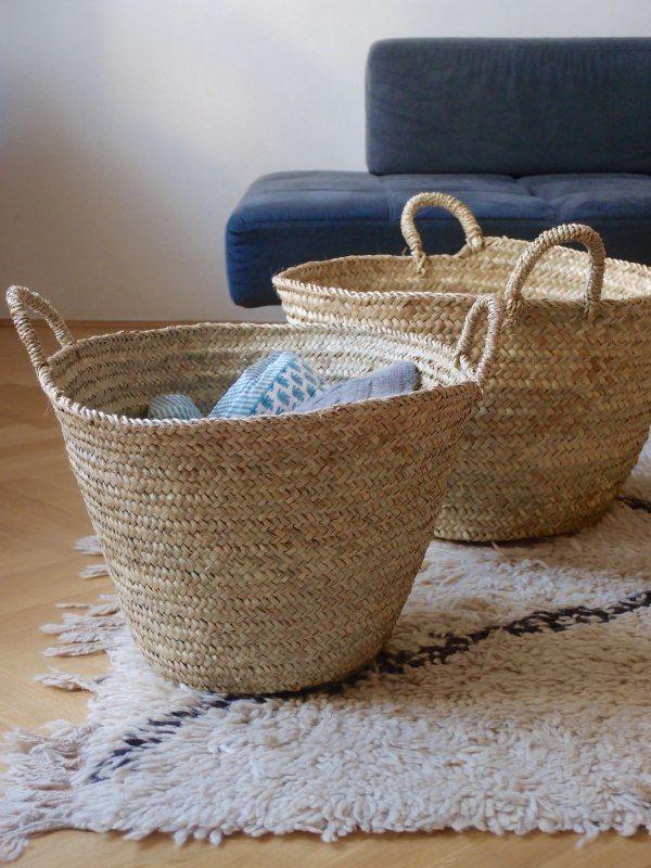 Tento praktický koš se dvěma uchy byl vyroben ručně v Maroku z palmových listů. Jde o ekologický a etický produkt.Koš nabízí skvělý způsob, jak uskladnit časopisy, toaletní potřeby, hračky, vařečky atd. Při jakékoli deformaci je možné jej lehce namočit a vytvarovat do původní podoby.