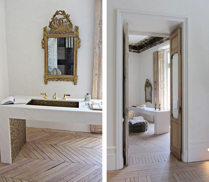 spanien-badrum-guldspegel_inspiration-inbyggt-tvättställ_slitet-trä_badrumsdrömmar