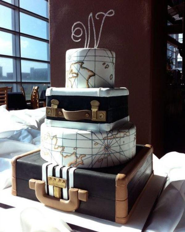 una splendida torta nuziale con livelli valigia e mappa e un glam abbellito …
