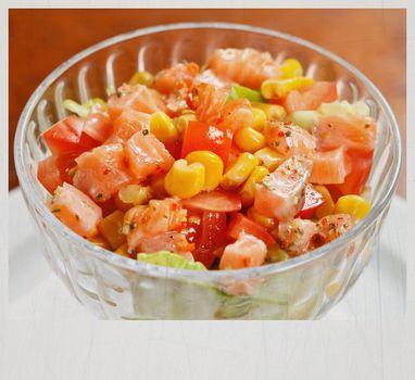 Σαλάτα με καλαμπόκι, σολομό, λεμόνι και πιπέρι!