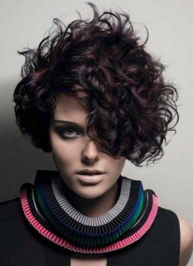 capelli-scuri-e-taglio-asimmetrico