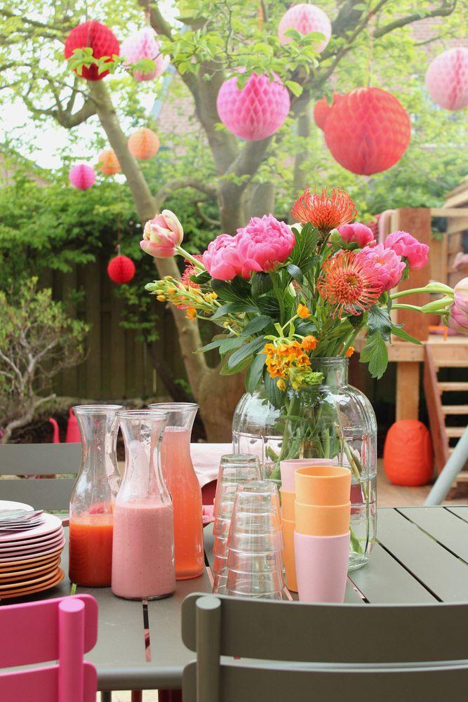 Zomers versierde tuin met pompoms | Studio Marijke Schipper