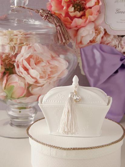 結婚指輪の保管に重宝する蓋付きのリングピロー。アンティーク調の白い陶器にはオプションでお名前を刻印することが可能。タッセルとビジューを着けて上品なデザインが人気のアイテム。プレゼントにも喜ばれます。