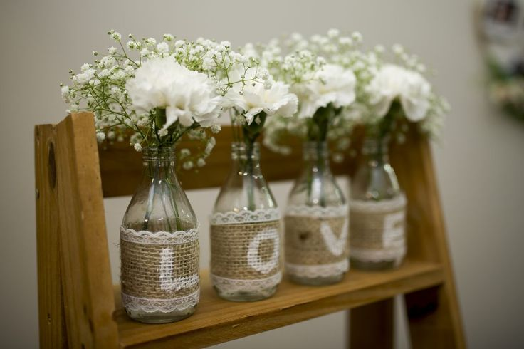 DIY: tutorial super fácil para fazer um vaso escrito LOVE com garrafinhas e juta, para decorar sua festa ou sua casa