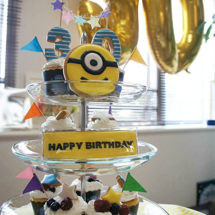 とんさんお誕生日おめでとう!  素敵に使ってくれて嬉しいな。  とんさんのお誕生日会。 楽しそうな写真送ってきてくれてホクホクです。  素敵な30歳をー!  #ミニオンの存在知らんかった #yacoscookie #yacosclass #costumcookies #decoratedsugarcookies #icingcookies #アイシングクッキー #ミニオン #happybirthday #とんさん
