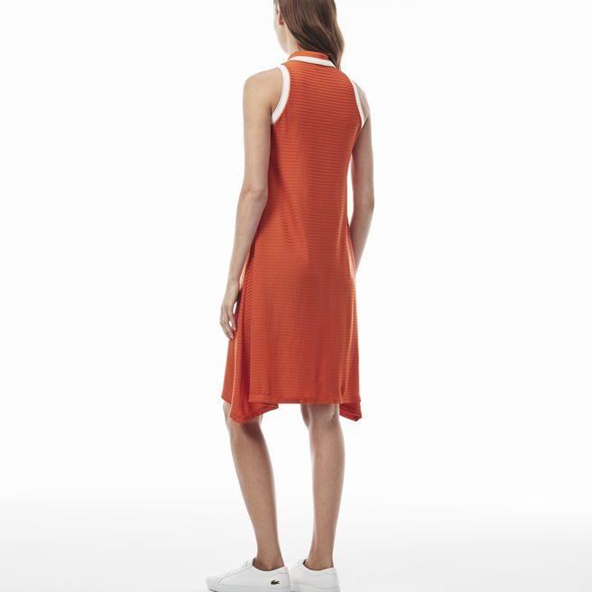 Femininer Stil, kultige Details und Komfort - dieses fließende Kleid mit Rippmuster und versteckter Knopfleiste bringt all das zusammen. Was will man mehr?