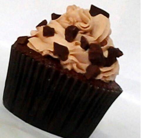 Cupcake com cobertura deliciosa de Chantininho de Brigadeiro +Pedacinhos de Chocolate ao Leite Hershey's  Instagram: @bolode_colher
