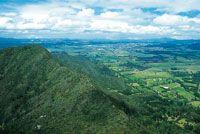 Valle de Tenjo; en primer plano, cerros aislados de poca altura, cubiertos por matorrales y bosques andinos.